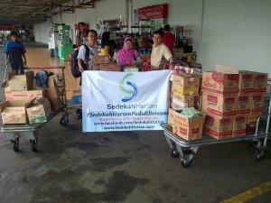 Penyaluran Bantuan di Posko Pengungsian Tangerang