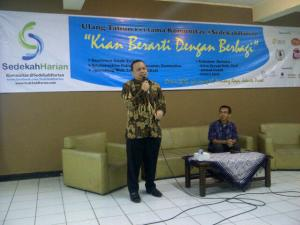 Kang Irfan Syauqi Beik, salah satu Dewan Penasehat Sedekah Harian memberikan tausiyahnya
