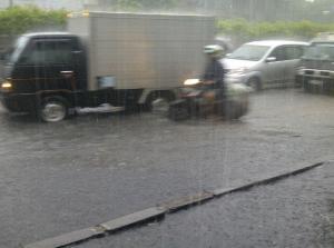 Menikmati Banjir dan Air Hujan